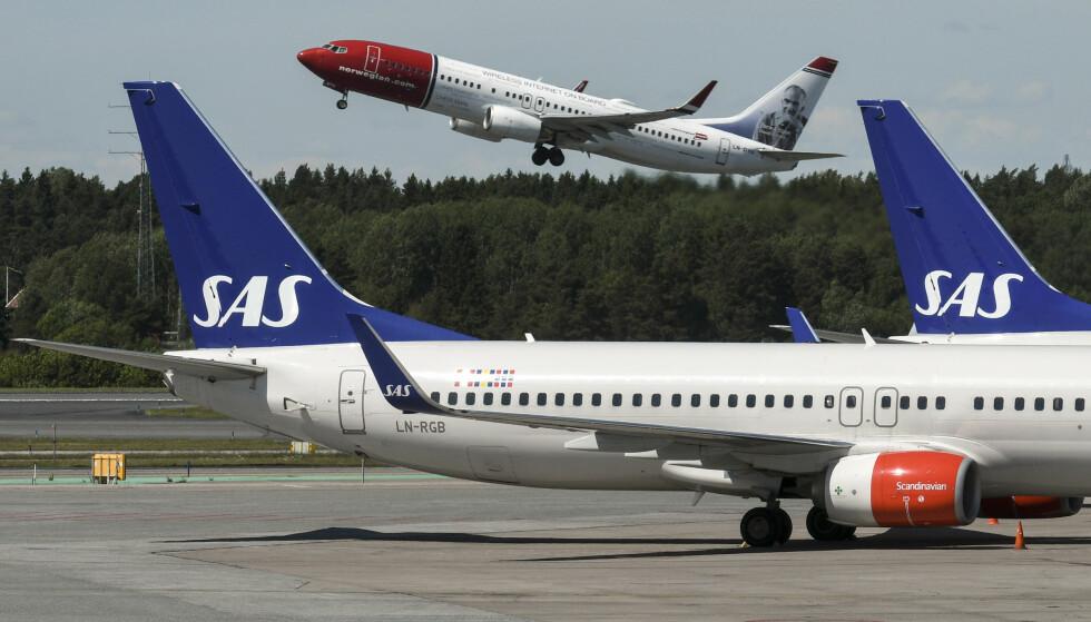 KLAGESTORM: SAS og Norwegian jobber i kraftig motbakke som følge av coronapandemien. Nå får flyselskapene også refs for måten de har håndtert refusjonsfristen for kansellerte billetter. Foto: Johan Nilsson / TT / NTB Scanpix