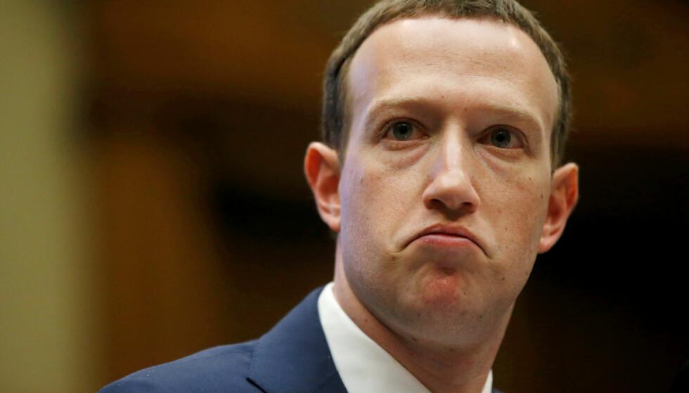 PRESSET: Facebook og toppsjef Mark Zuckerberg er hardt presset av annonsører for å fjerne hatefullt og rasistisk innhold. Foto: REUTERS/Leah Millis