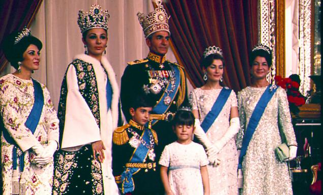 <strong>DEN KONGELIGE FAMILIEN:</strong> På venstre flanke står prinsesse Shams sammen med familien i 1967, Teheran. Foto: AP Photo / NTB Scanpix