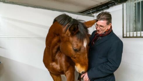 <strong>BESØK:</strong> AP-politiker Stein Erik Lauvås er engasjert i hestesporten og besøkte et hestesenter i forrige uke. Foto: privat
