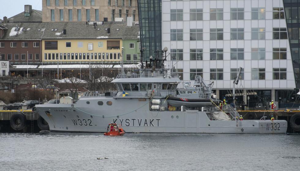 SAMARBEID: Kystvakta tar granskerne ut på øyer og skjær med båten «KV Heimdal». Foto: Kent Even Grundstad