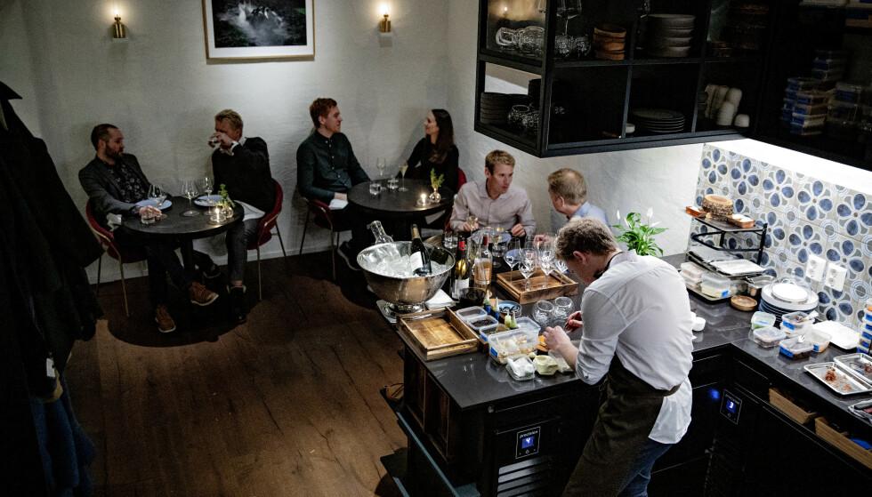INTIMT, INTENS OG IMPONERENDE: Det er intimt på Stallen. Her sitter man praktisk talt på kjøkkenet hvor alle 18 serveringene lages i stand.