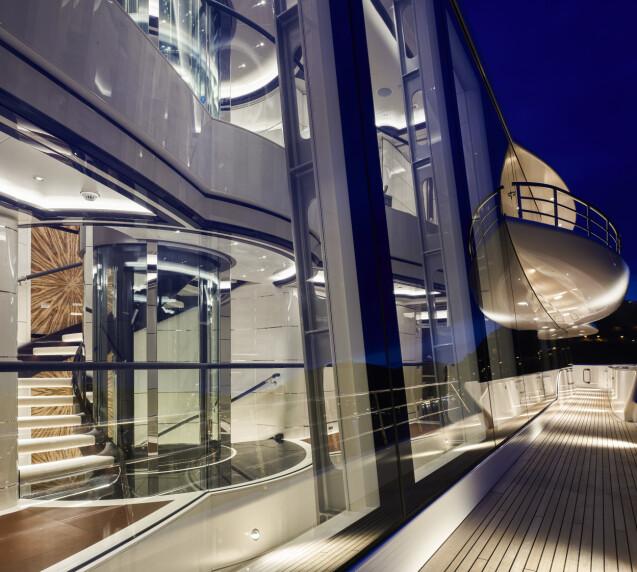 GLASSVEGGER: Store deler av skipet består av glass, slik at man kan nyte havutsikten nærmest hvor enn man befinner seg om bord. Foto: Winch Media