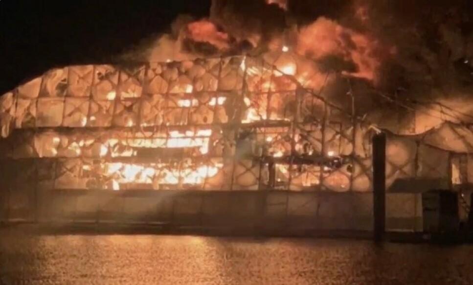 TOTALSKADD: To yachter verdt over 200 millioner kroner ble totalskadd i en brann lørdag. Foto: Fort Lauderdale Fire Rescue