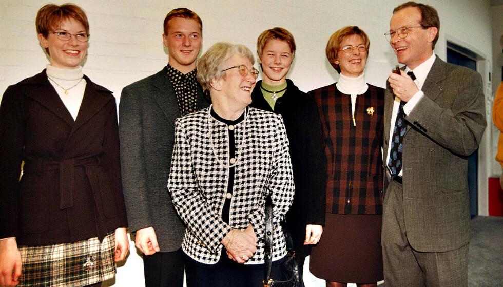 <strong>TRE GENERASJONER:</strong> Den nå avdøde Edith Nørregaard (midten), var gift med Godtfred. Her er hun avbildet med Kjeld Kirk Kristiansen, hans kone Camilla og barna Sofie, Thomas, og Agnete i 1995. Foto: NTB Scanpix