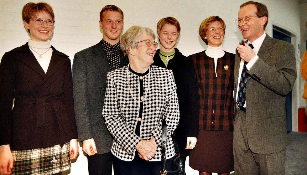 TRE GENERASJONER: Den nå avdøde Edith Nørregaard (midten), var gift med Godtfred. Her er hun avbildet med Kjeld Kirk Kristiansen, hans kone Camilla og barna Sofie, Thomas, og Agnete i 1995. Foto: NTB Scanpix