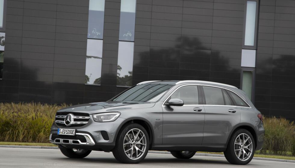<strong>FACELIFT:</strong> Som de øvrige GLC-versjonene, har den ladbare GLC 300 e fått oppdatert front, blant annet. Foto: Daimler AG