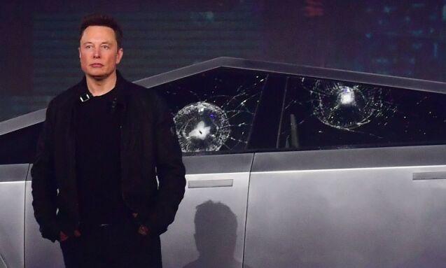 IKKE ETTER PLANEN: Tesla-sjef Elon Musk lanserte natt til fredag selskapets første pickup. Bilen ble utsatt for slag for å vise hvor robust den er. Det gikk ikke helt etter planen. Foto: Frederic J. Brown / AFP / NTB scanpix