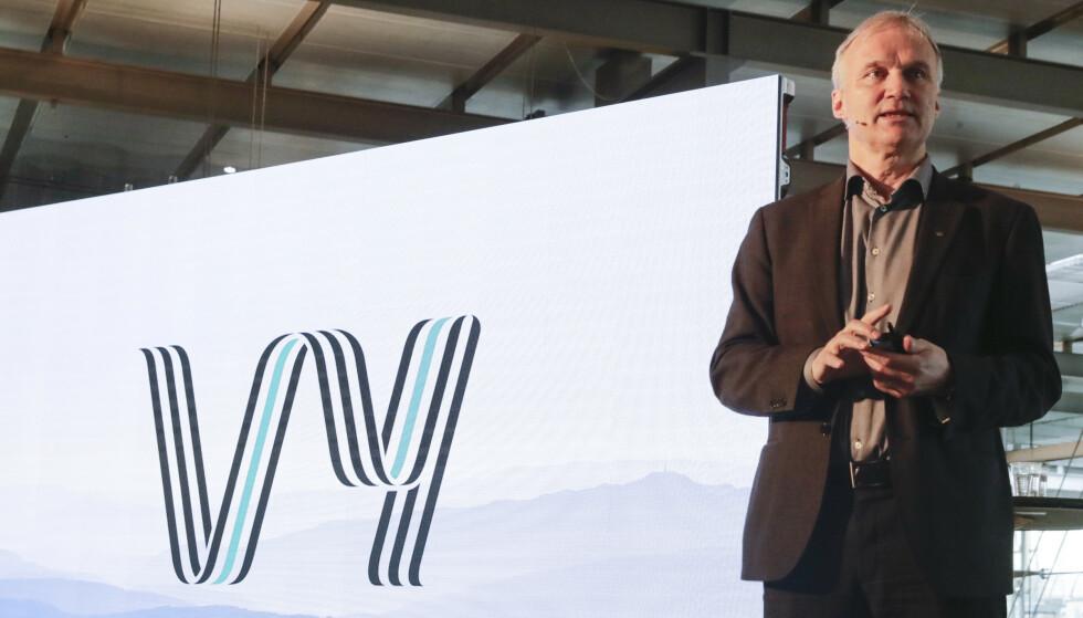 GIR SEG: Konsernsjef Geir Isaksen (65) har bedt om avløsing i Vy, og går over i en rådgiverstilling når ny konsernsjef tiltrer.  Her avbildet i forbindelse med presentasjon av nytt felles navn for NSB og Nettbuss. Foto: Berit Roald / NTB scanpix