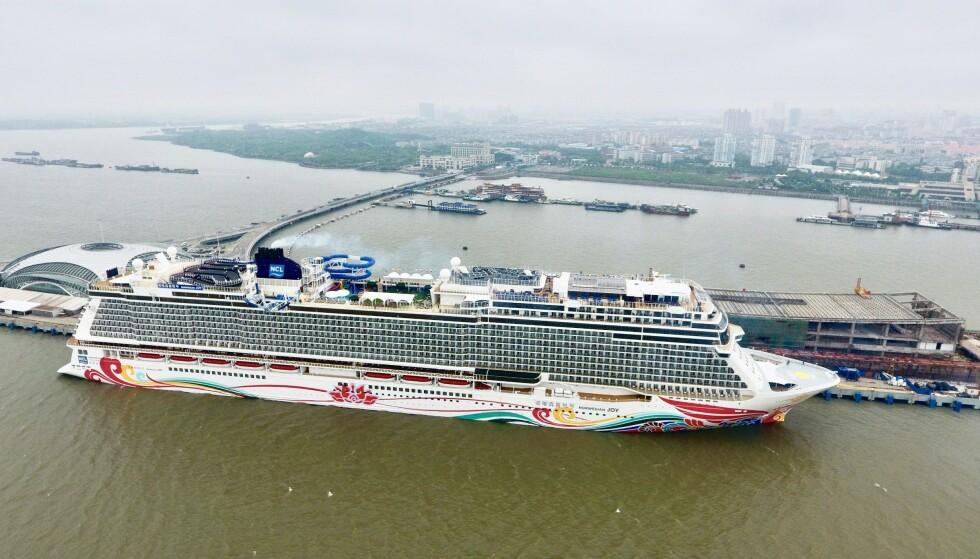 FLERE SYKE: Flere passasjerer ble syke om bord cruiseskipet «Norwegian Joy». - Da vi gikk av skipet hadde de vernedrakter på og de desinfiserte alle rommene, sier en av passasjerene. Her er skipet fotografert i Kina ved en tidligere anledning. Foto: Imagine China / REX