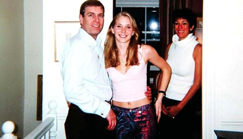 HØYRE HÅND: Ghislaine Maxwell (bak t.h.) var Jeffrey Epsteins beste venn. Her er hun avbildet i sitt eget hus sammen med prins Andrew og den da 17 år gamle Virginia Giuffre, som hevder at hun ble tvunget til å ha sex med prinsen i huset. Foto: REX / NTB scanpix
