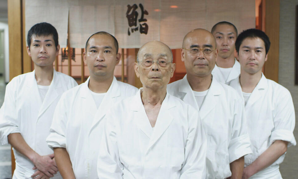 TEAM JIRO: Michelin-guiden gir opp å få bord på Jiro Sushi, og restauranten mister nå sine tre stjerner. Arkivfoto: David Gelb / Everett Collection / NTB Scanpix