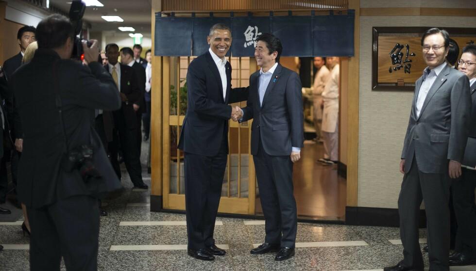 <strong>STORFINT BESØK:</strong> Den tidligere amerikanske presidenten Barack Obama og den japanske statsministeren Shinzo Abe besøkte Jiro Sushi i 2014. Foto: AP / NTB Scanpix