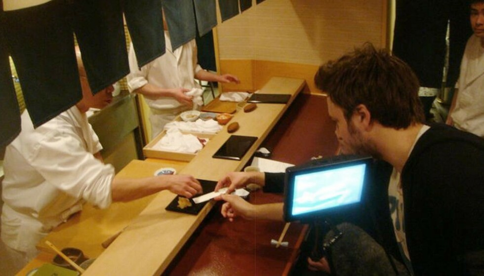 FRA INNSPILLINGEN: Bildet ble tatt under innspillingen av «Jiro Dreams of Sushi» i 2011. Det ble gjennombruddet for David Gelb, som seinere laget «Chef's Table». Foto: Corner Stone/Preferred Content/Sundial/Kobal/REX