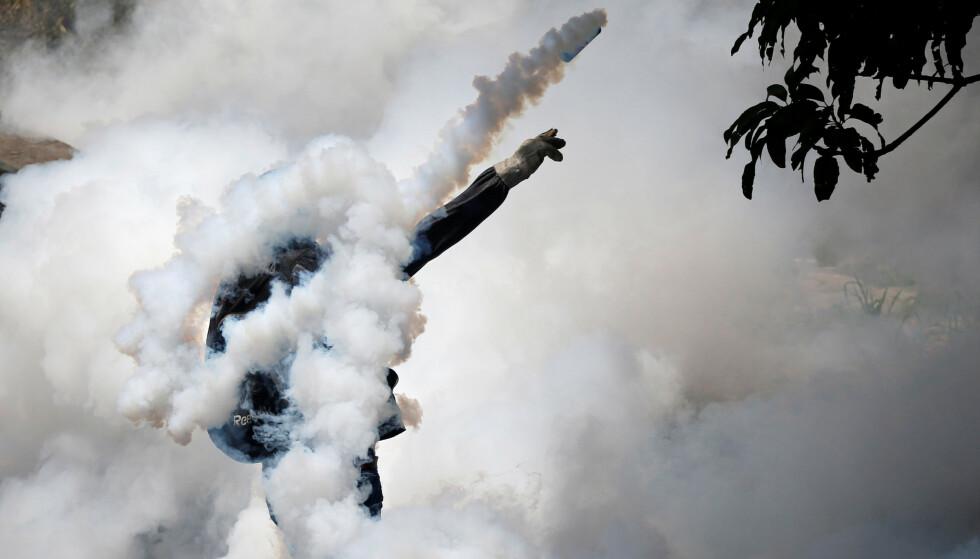 DEMONSTRERER: President Nicolás Maduro har blitt møtt av store protester i Venezuela. Her fra en demonstrasjon i 2017. USA beskylder Maduro for å sende olje og betale ned gjeld til allierte framfor å fø befolkningen i landet. Foto: Carlos Garcia Rawlins   / Reuters / NTB Scanpix