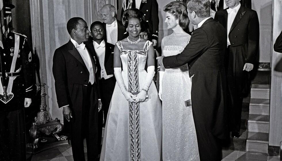 POPULÆR: Félix Houphouët-Boigny var en populær mann i Vesten, noe som godt illustreres av dette bildet fra 1962, der han og tas imot av president John F. Kennedy og førstedame Jackie Kennedy i Det hvite hus. Foto: REX / NTB scanpix
