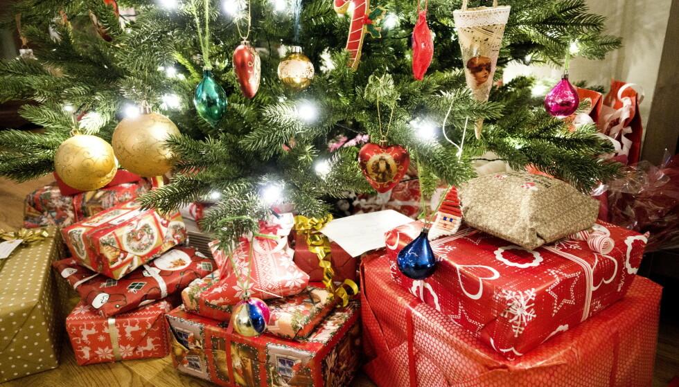 HARDT OG MYKT: I år vil hver av oss i snitt bruke over 6200 kroner på julegaver. Foto: Gorm Kallestad / NTB scanpix