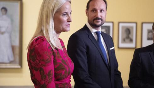 <strong>- BEKLAGER:</strong> Kronprinsesse Mette-Marit møtte Jeffrey Epstein flere ganger. Slottet hevder at verken hun eller kronprins Haakon visste at Epstein allerede den gang var dømt for overgrep. Nå beklager kronprinsessa. Foto: NTB scanpix