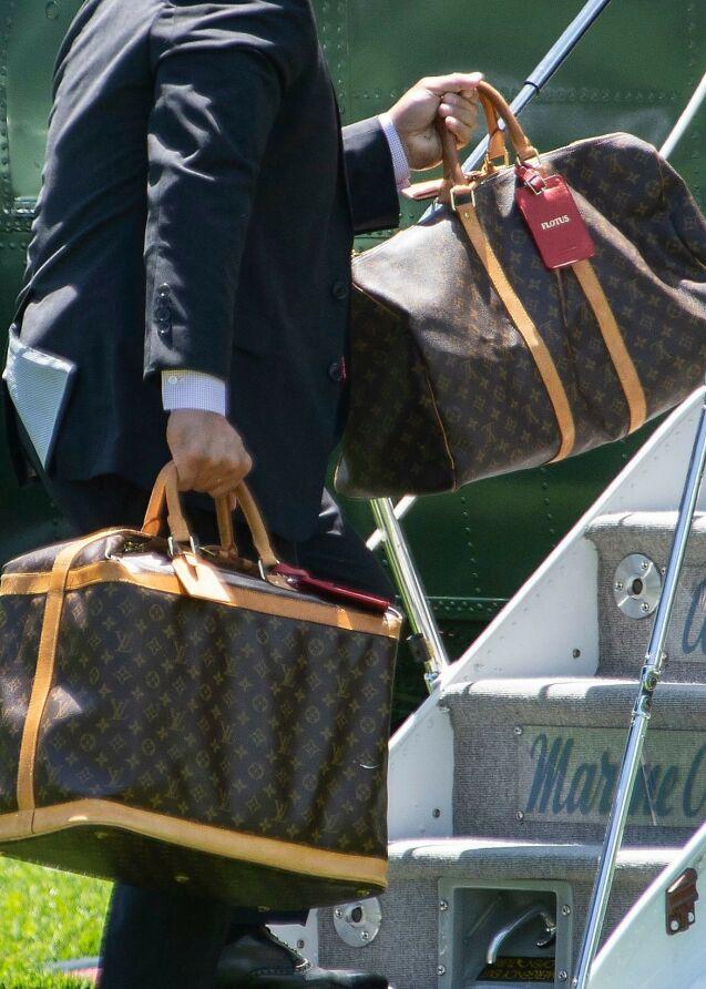 FAVORITT: Melania Trump er kjent for sin ekstravagante luksusstil, gjerne bestående av plagg og tilbehør fra nettopp Frankrike. Her blir hennes Louis Vuitton-bagasje båret på et fly tidligere i år. Hun har også fått FLOTUS (First Lady of The United States) skrevet på bagasjelapper fra merket. Foto: NTB scanpix