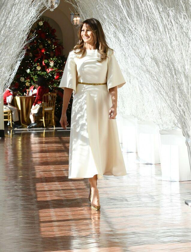 I DIOR: Det kan bli dyrt å importere franske motemekrer som Louis Vuitton og Céline. Dior kan også bli dyrere. Her er førstedama fotografert i en Dior-kjole i 2017. Foto: NTB scanpix