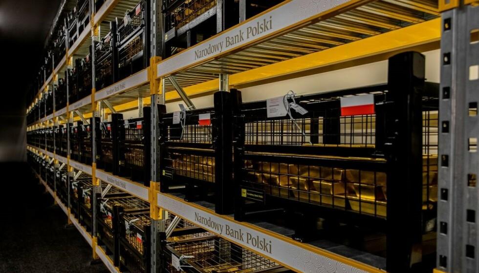 TRYGT BEVART: Gullet er nå trygt bevart på godt bevoktet sted. Foto: Den polske sentralbanken