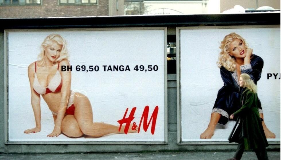 TRAFIKKFARE: H&Ms julekampanje fra 1993 med Playboy-modellen Anna Nicole Smith ble tatt opp i Stortinget. Foto: NTB scanpix