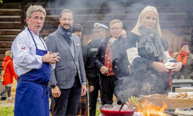REAGERER: Kjendiskokk Arne Brimi mener det er leit at Nortura nå legges ned på Otta. Her er han fotografert med kronprinsparet på Vågå i sommer. Foto: Stian Lysberg Solum / NTB scanpix
