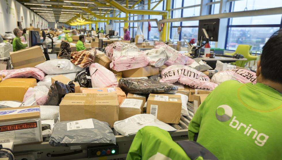Oslo  20181203. Tollavdeling på Posten og Brings Logistikksenter på Alnabru i Oslo. (Der er sortering og distribusjon av pakker og gods, semitrailere, containere, tollavdeling) Modellklarert. Foto: Gorm Kallestad / NTB scanpix
