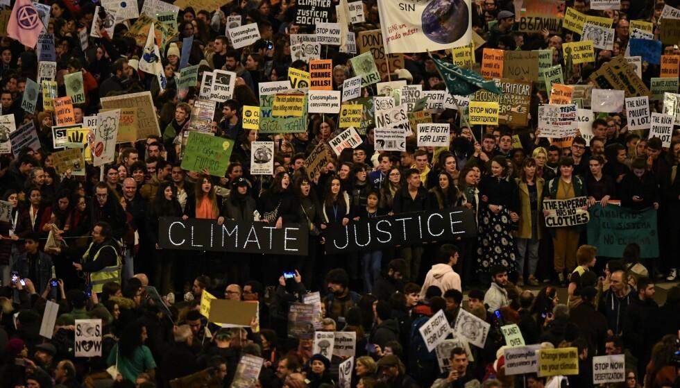 DEMONSTRERTE: Et enormt antall deminstranter møtte fredag opp i Madrid for å gi et klart budskap til verdenstoppene som i disse dager deltar på FNs klimatoppmøte i den spanske hovedstaden. Ifølge Vox deltok flere hundre tusen personer i demonstrasjonene. Foto: Gabriel Bouys / AFP / NTB Scanpix