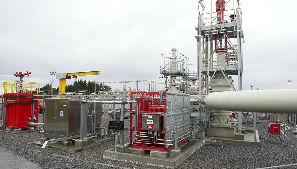 MER OLJEEKSPORT: Anlegget der oljen fra Johan Sverdrup-feltet ankommer i rør til Mongstad. Oppstarten av dette feltet var med på å sørge for den høyeste oljeeksporten på fem år i november og bidro til en økning av handelsoverskuddet. Foto: Marit Hommedal / NTB scanpix