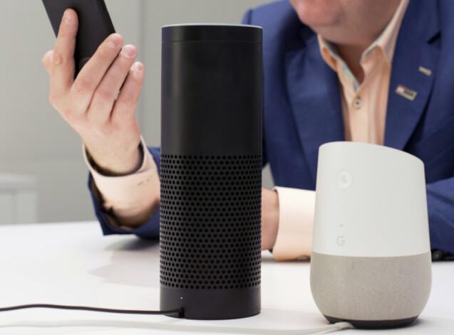 TYVLYTTING: Både Amazon, Google og Apple har lyttet og transkribert innhold fra telefoner og smarthøyttalere. Her illustrert ved Amazon- og Google-høyttalere. Foto: NTB Scanpix
