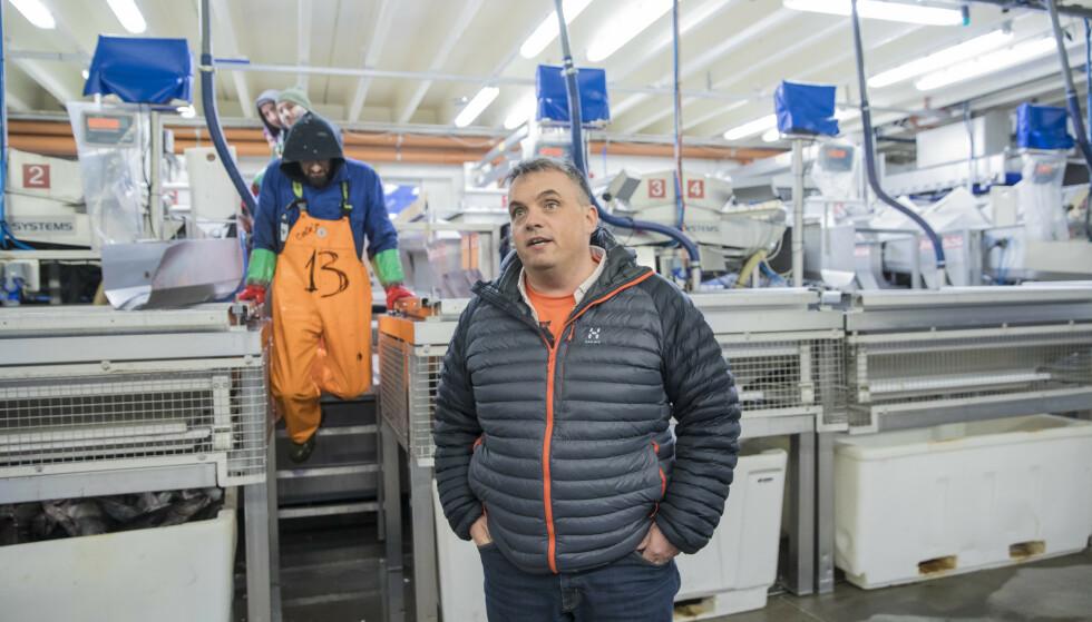 TRAKK DE ANSATTE FOR ARBEIDSKLÆR: Myre fiskemottak trakk de ansatte 3000 i måneden for bruk av arbeidsklær. - Dette er i tråd med gjeldende arbeidsmiljølov, sier Myre-sjef Ted Robin Endresen. Foto: Marius Fiskum
