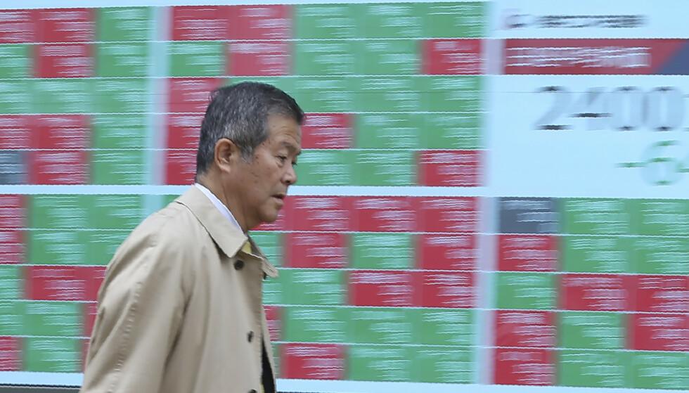 FLAT SLUTT: Asia-børser endte flatt etter å ha åpnet i pluss mandag. (AP Photo/Koji Sasahara)
