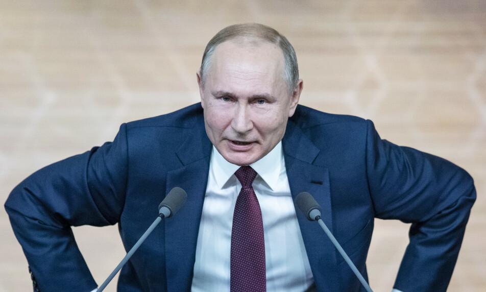 ADVARER: Talsmann for russiske myndigheter, Dmitry Peskov, advarer om russiske myndigheter vil svare på sanksjonene USA har innført mot russisk gassprosjekt. Her er Vladimir Putin etter sin årlige nyhetsrunde torsdag. Foto: Pavel Golovkin / AP / NTB Scanpix
