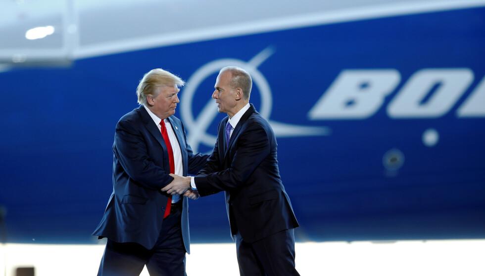 FERDIG: Boeing-sjef Dennis Muilenburg, her avbildet sammen med USAs president Donald Trump, må gå på dagen. Foto: Randall Hill / Reuters / NTB Scanpix