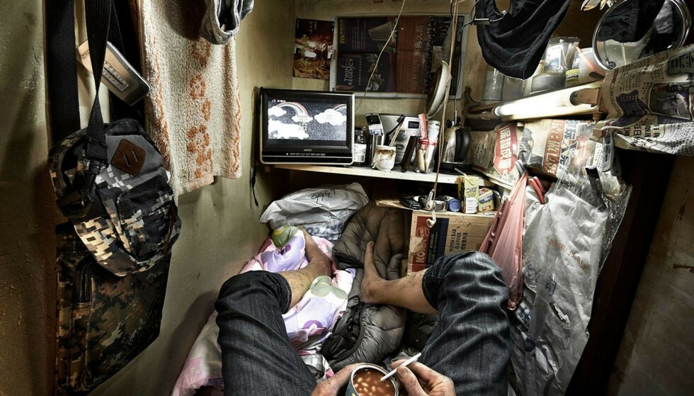 SÅNN BOR MANGE: Slik ser det ut inne i et såkalt «coffin home» i Hongkong. Foto: Benny Lam/ SoCO / NTB Scanpix