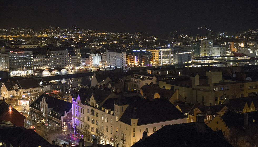 Bergen 20191116.  Bergen i mørket sett fra vei ned fra toppen ved Skansen brannstasjon. Foto: Marit Hommedal / NTB scanpix