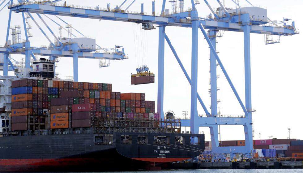 SVAKERE VEKST: Verdensbanken spår svakere vekst i både USA og Kina i årene som kommer, mye på grunn av handelskrigen til president Donald Trump. Her losses konteinere i Tacoma i USA. Foto: Ted S. Warren / AP / NTB scanpix