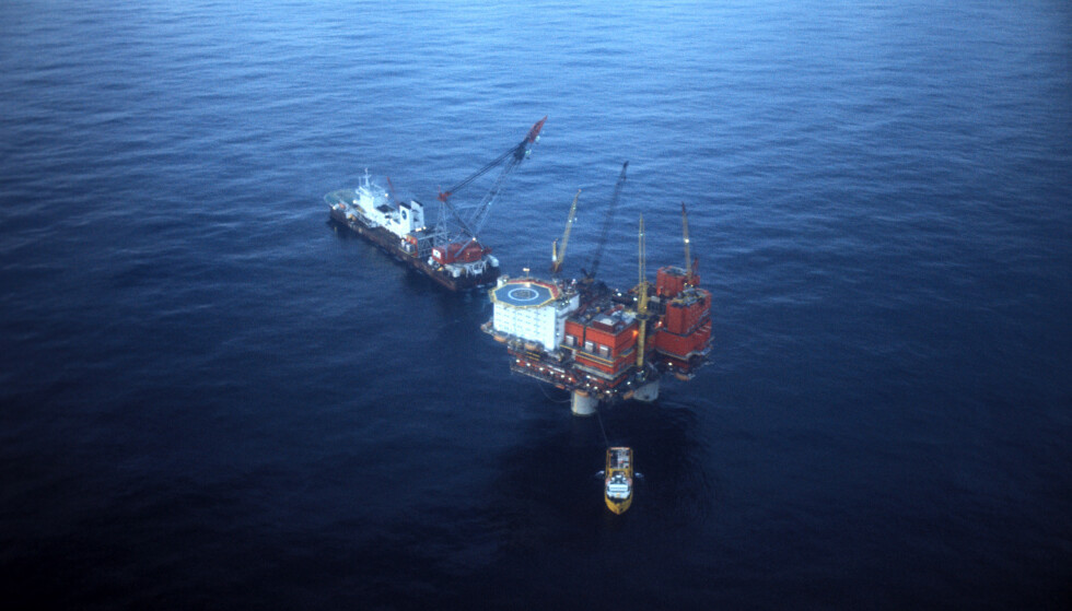 DEN GANG: Slik så det ut i Nordsøen oktober 1977 - oljeboringsplattformen Statfjord A, med et kranfartøy og en supplybåt.  Foto: Oddvar Walle Jensen / NTB / Scanpix