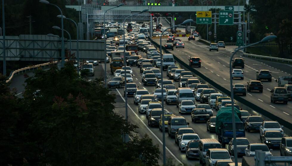 FALLER: Biler i kø utenfor Shanghai. Kina er verdens største bilmarked, men nå faller bilsalget for andre år på rad. Foto: Heiko Junge / NTB scanpix