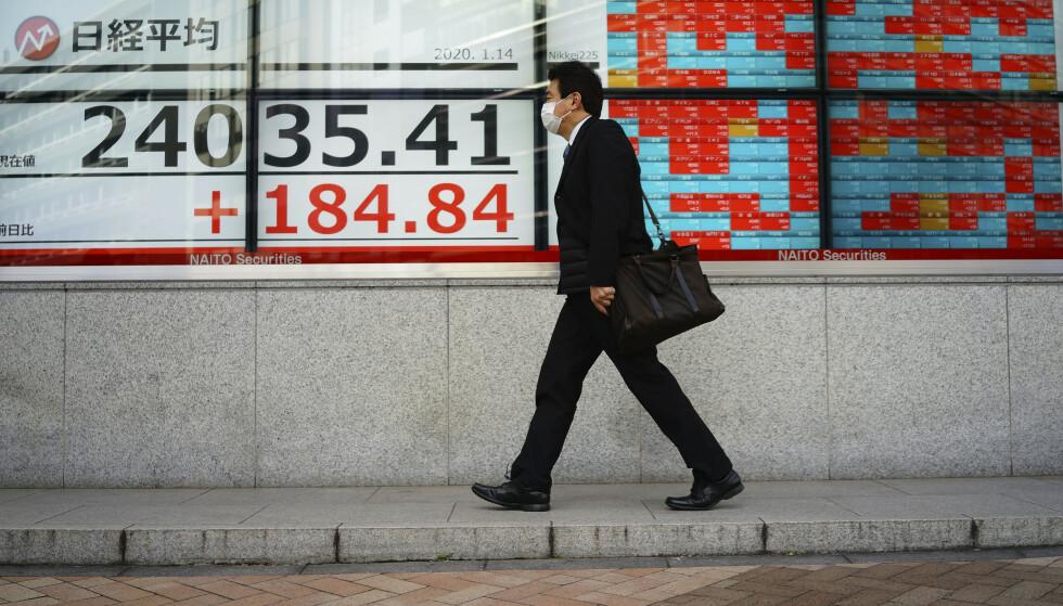 OPTIMISME: De asiatiske børsene fulgte opp en sterk avslutning på Wall Street mandag kveld. Foto: Eugene Hoshiko / AP / NTB scanpix