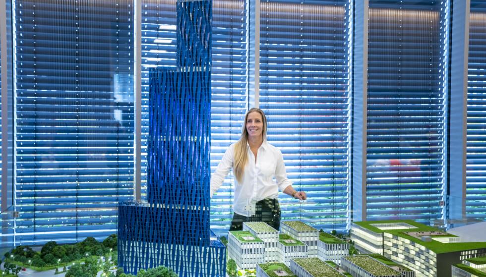 SKROTES: Administrerende direktør Nina Jensen i REV Ocean ser på en modell av den 200m høye bygningen til Kjell Inge Røkke som skal en gang skal huse World Ocean Headquarters (WOH), et verdensledende havsenter, på Fornebu. Nå skrotes planene om å bygge huset som høyhus. Foto: Heiko Junge / NTB scanpix