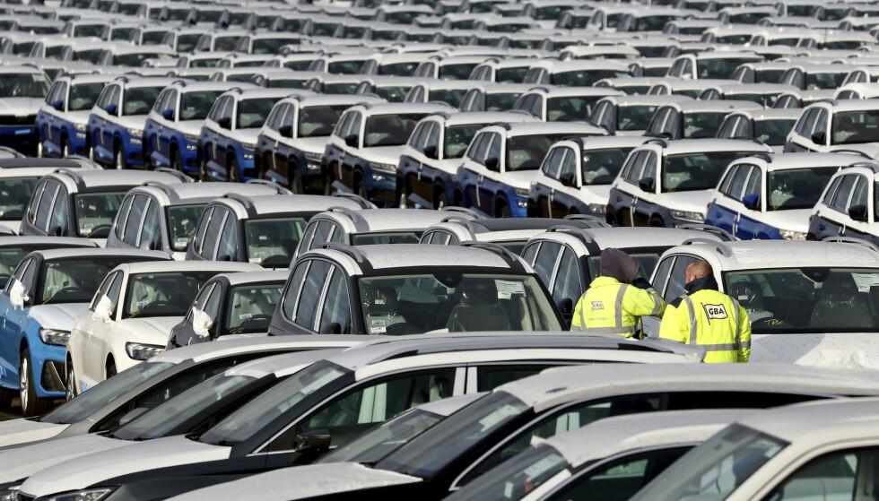<strong>OPPGANG:</strong> Nybilsalget i EU økte for sjette år på rad i 2019. Her tusenvis av biler på en lagringsplass ved byen Sheerness, sørøst i England. Foto: Gareth Fuller / PA via AP / NTB scanpix