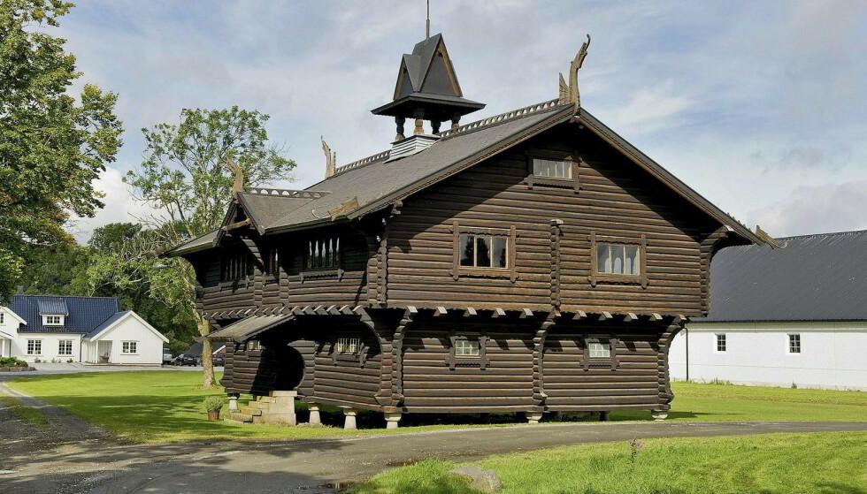 Evje Herregård er ifølge Store Norske Leksikon kjent siden 1400-tallet. Her er et stabbur som har stått på tomta siden 1800-tallet, ifølge DN. Foto: Koppang landbruk