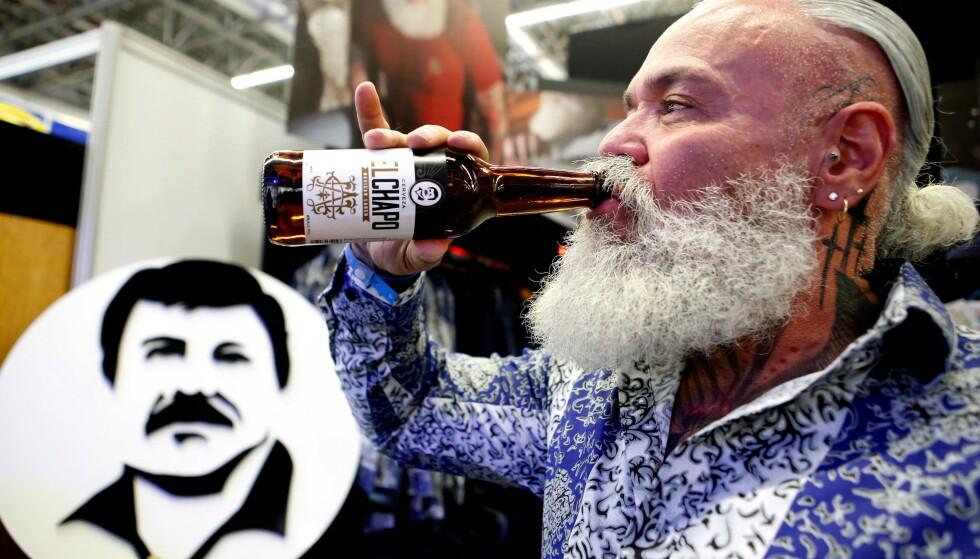 ØL: En mann drikker ølet «El Chapo», som er en del av «El Chapo 701»-merket, som også lager klær og smykker. Foto: Ulises Ruiz / AFP / NTB Scanpix