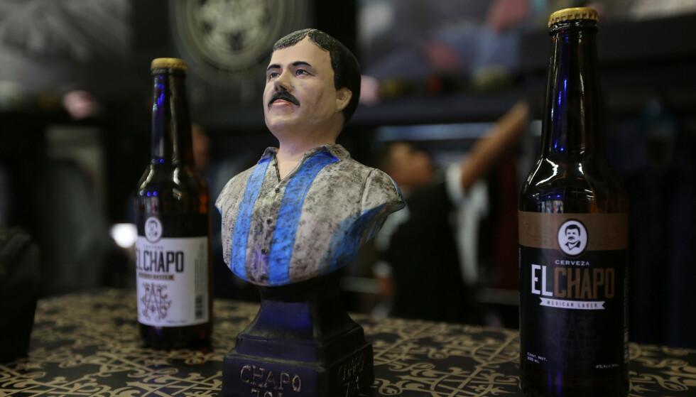 FLASKENE: En byste av Joaquin Guzman, stilt ut sammen med to «El Chapo»-flasker. Foto: REUTERS/Fernando Carranza