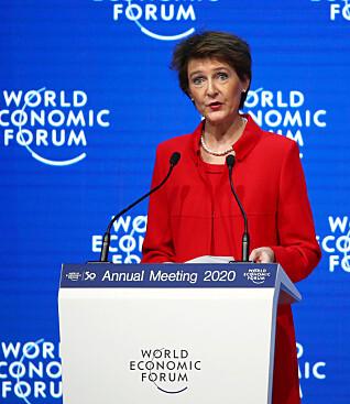 TRUMP-STIKK: Den sveitsiske forbundspresidenten Simonetta Sommaruga (59) var offisielt den første taleren under årets toppmøte i Davos. Foto: NTB Scanpix