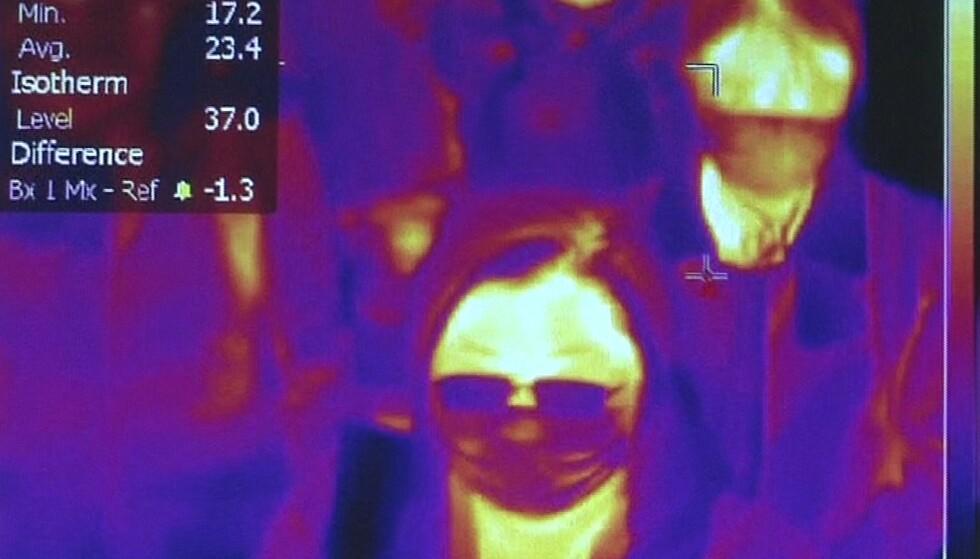 SØKER ETTER SYKE: Det nye coronaviruset blir møtt med bekymring verden over. I Italia har myndighetene innført flyplasskontroller ved direkteflyginger til Roma fra Wuhan for å se etter mulig smitte blant passasjerene, som vist med varmesøkende kamera fra Fiumicino-flyplassen i Roma. Foto: Aeroporto di Roma
