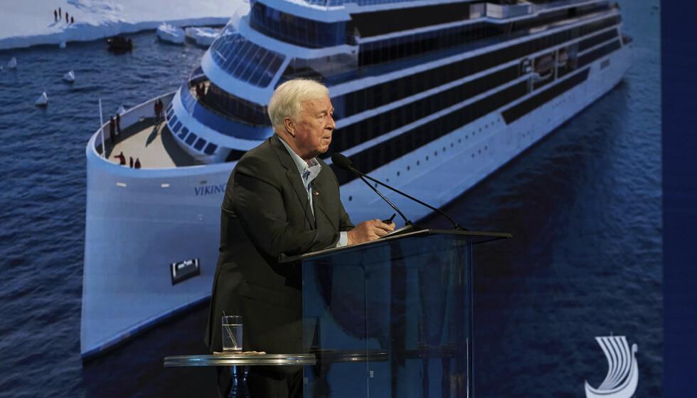 PENDLER: Torstein Hagen har i flere år vært pendler mellom Europa og USA. Her er han avbildet i Los Angeles i forbindelse med Viking Cruises lansering av den nye storsatsingen Viking Expeditions den 15. januar i år. Foto: Viking Cruises / AP / NTB Scanpix