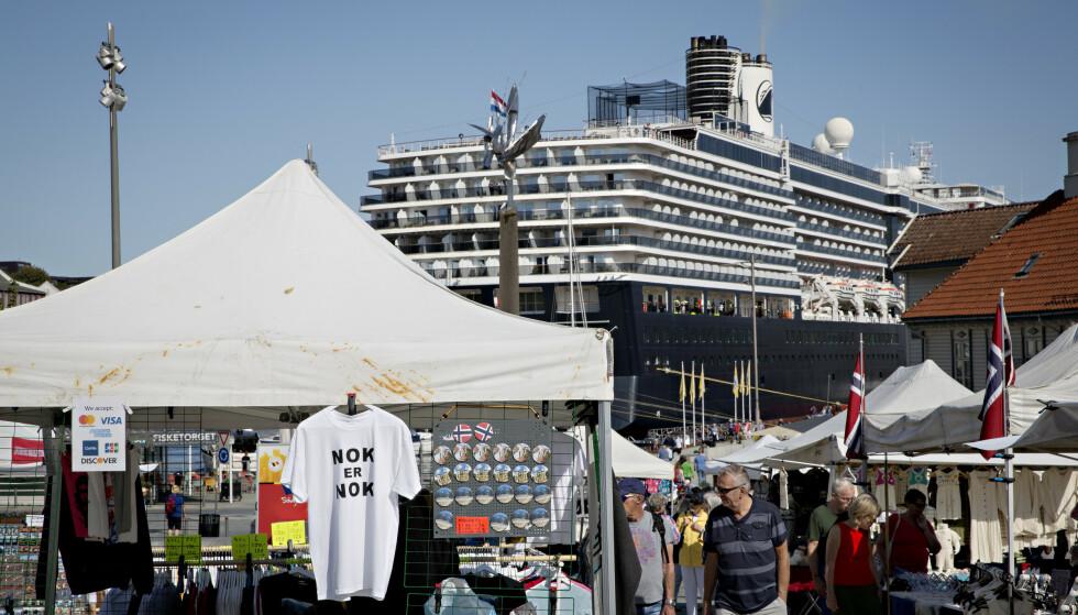 OVERBEFOLKET: Økningen i cruisetrafikk har satt sinnene i kok flere steder i Norge og verden de siste åra. En turistskatt har vært blant forslagene for å få bukt med økningen. Her fra Stavanger i 2019. Foto: Kristian Ridder-Nielsen / Dagbladet